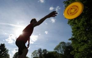 Sport mit dem Partner Frisbee, Badminton und Co.